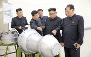 Kim Jong Un. et ses conseillers explorant la tête d'une ogive nucléaire