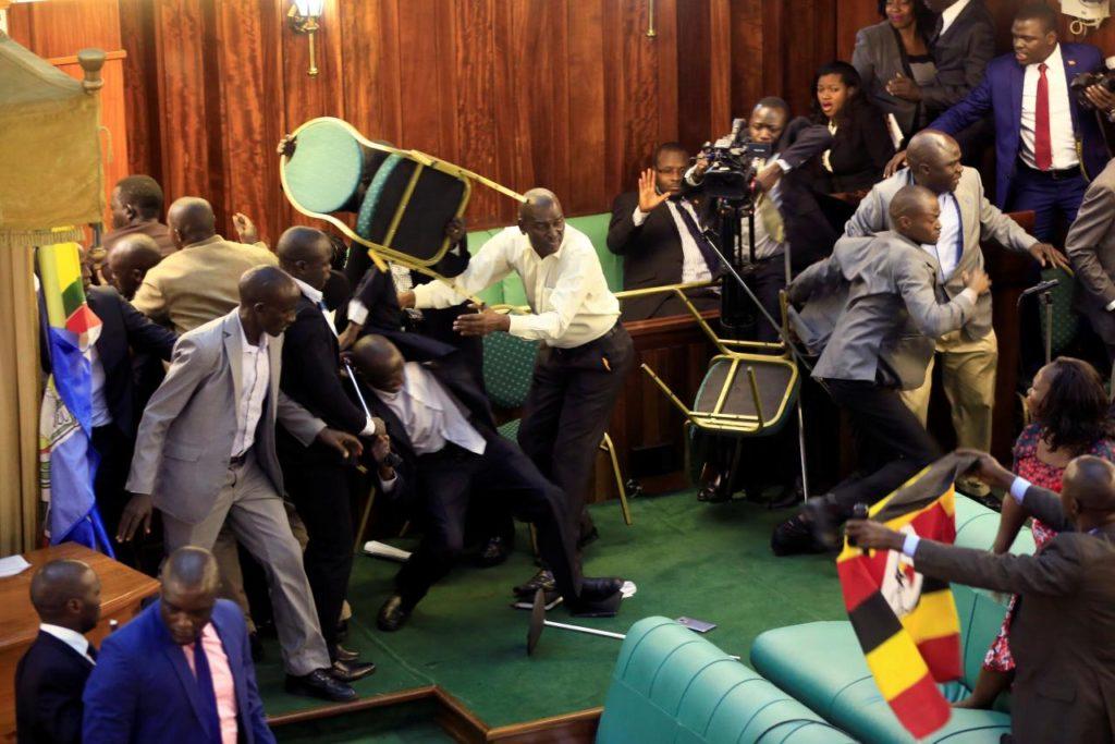de vrais loubards au parlement d'Ouganda