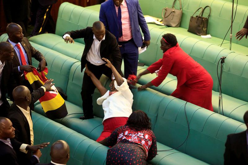 Honteuse scène de pugilat au parlement d'Ouganda