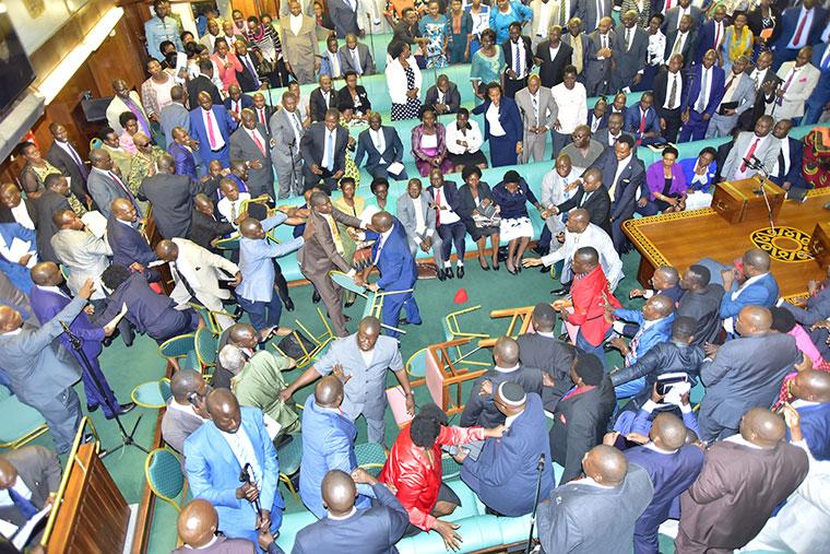 des voyous à l'assemblée nationale d'Ouganda